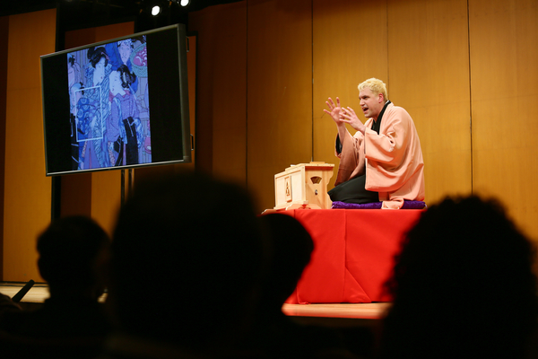 Kastura Sunshine delivers Rakugo and art history to an audience.